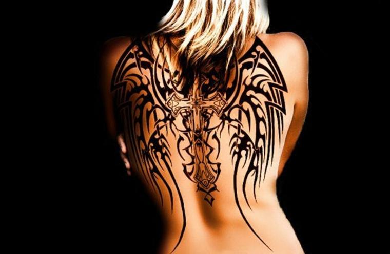 tatuaje espalda mujer alas cubistas