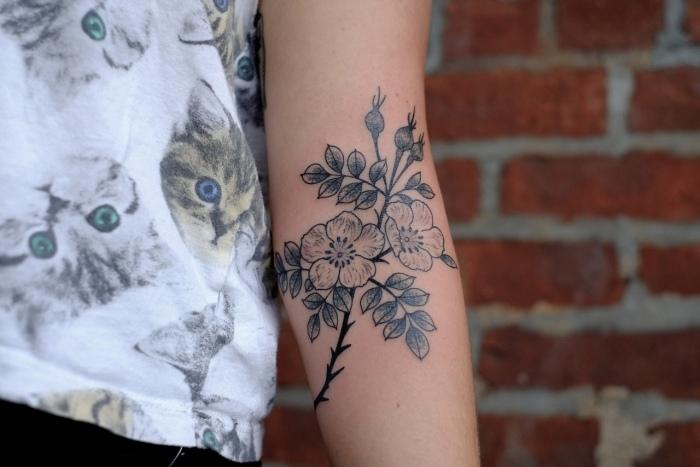tatuajes en el brazo opciones diseno flores ideas