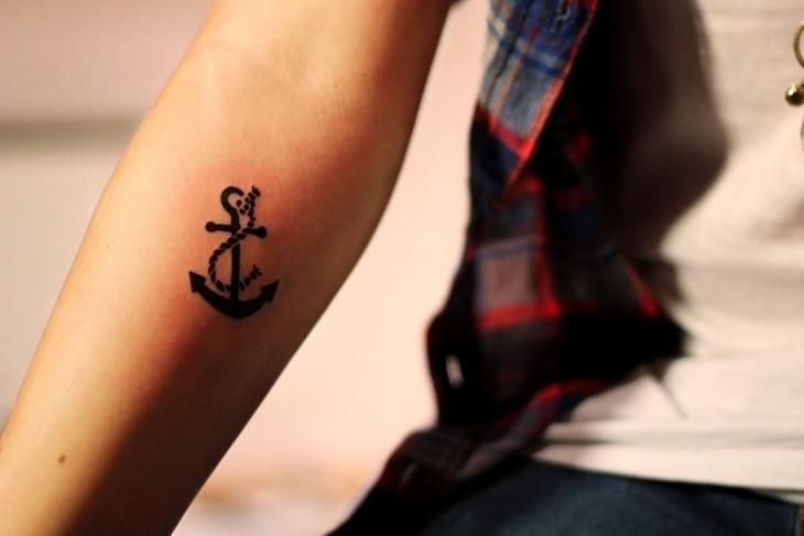 tatuajes pequeños ancla lineas mujer