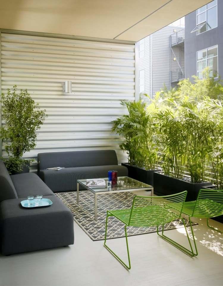 terraza pequeña sillas verdes