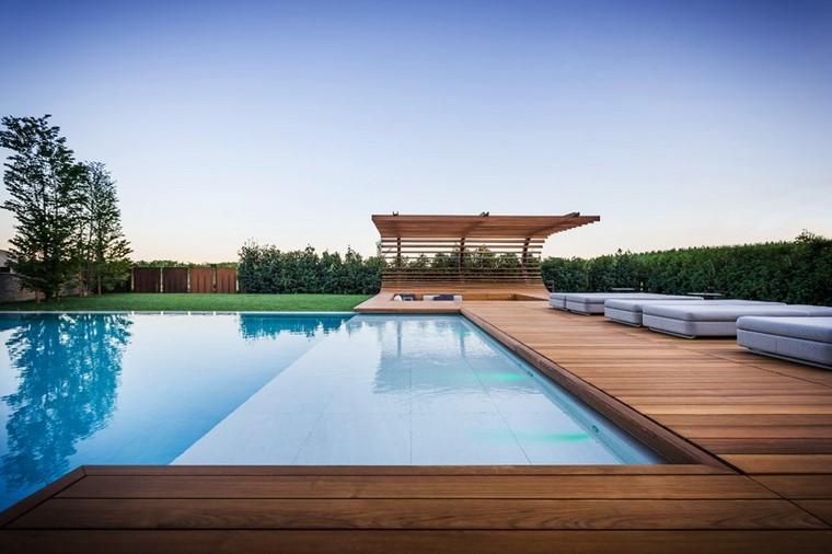 zona-de-comfort-jardin-moderno-piscina-suelo-madera