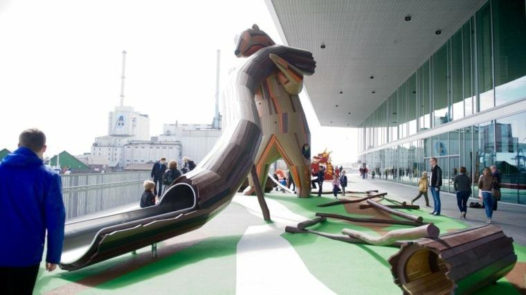 ardilla gigante tobogan parque marron