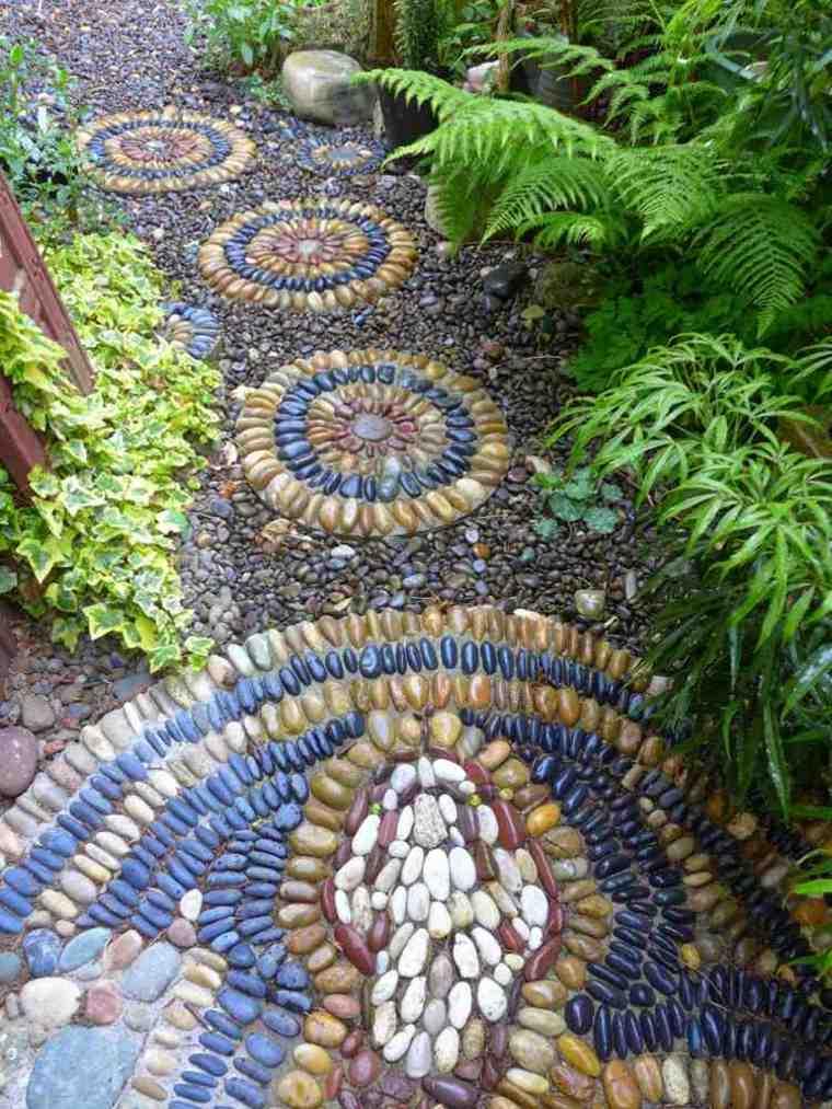jardin sendero guijarros colores