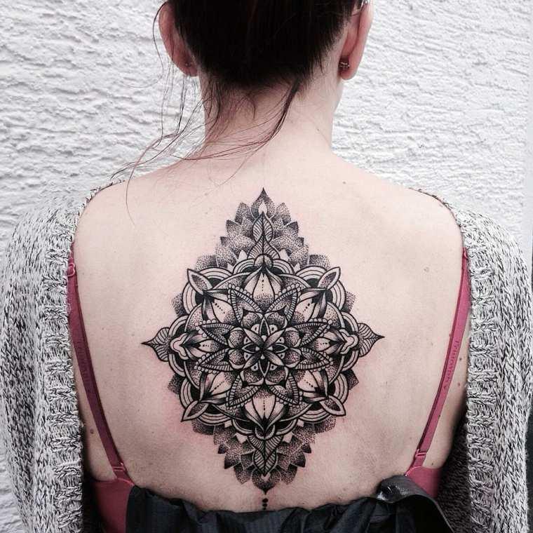 bonito tatuaje mandala tatu espalda