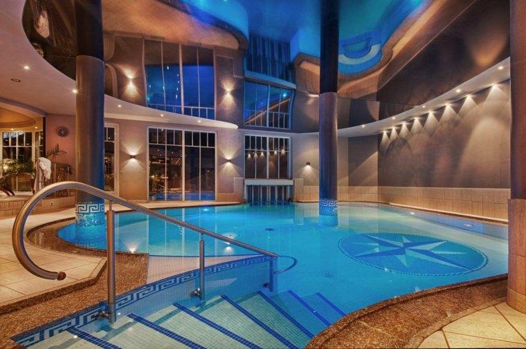 construccion de piscinas dentro casa disenos escaleras techo alto ideas