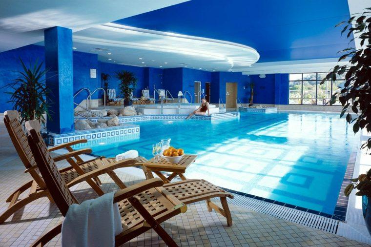 construccion de piscinas dentro casa disenos techo azul ideas