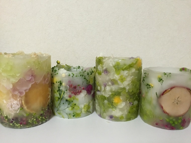 decorar velas muchas flores naturales