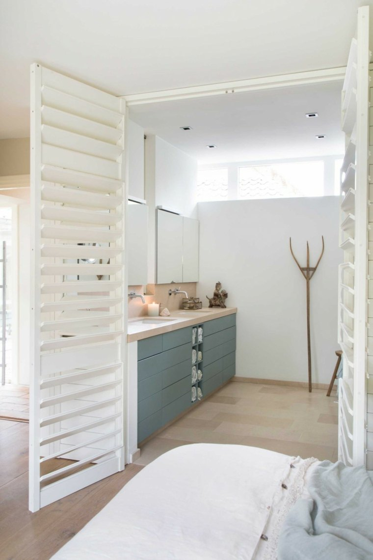 diseño bano persiana puerta blanca