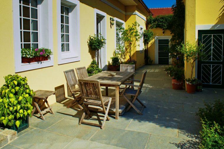 diseno-jardin-moderno-comedor-muebles-madera-teca
