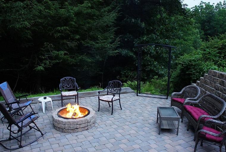 diseno jardin moderno pozo fuego muebles negros ideas