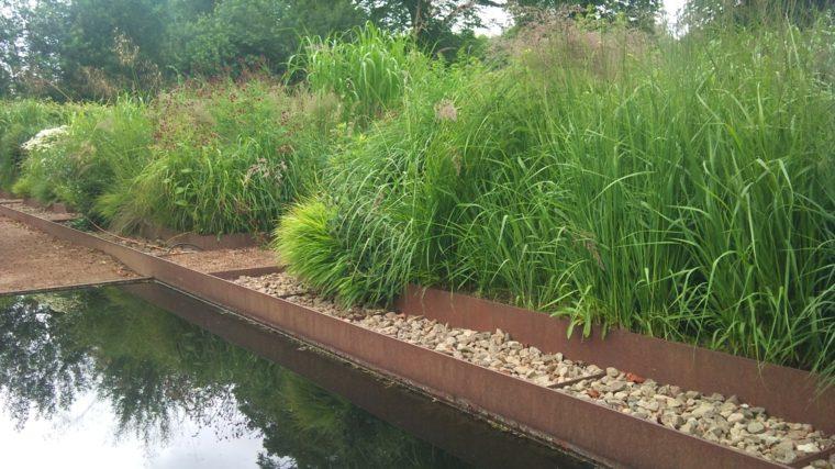 estanque jardin camino piedras acero