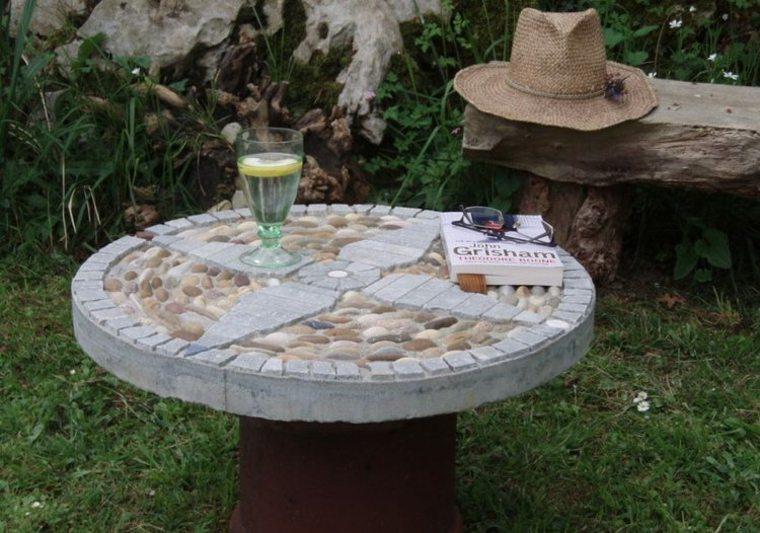 estupenda mesa decorada guijarros