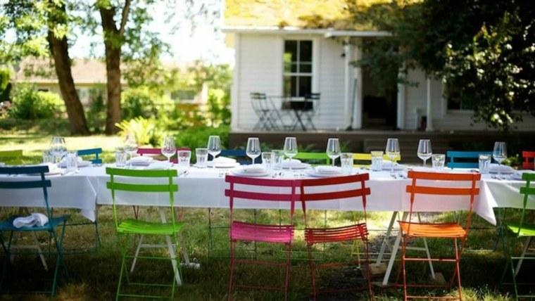 fiesta facil decoracion sillas distintos colores ideas