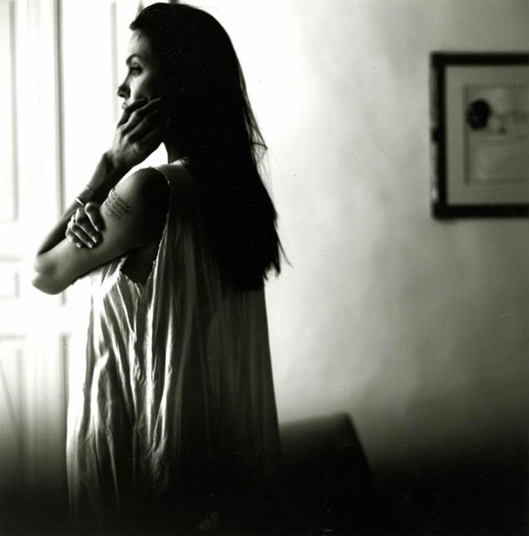 foto angelina Jolie pensativa ventana