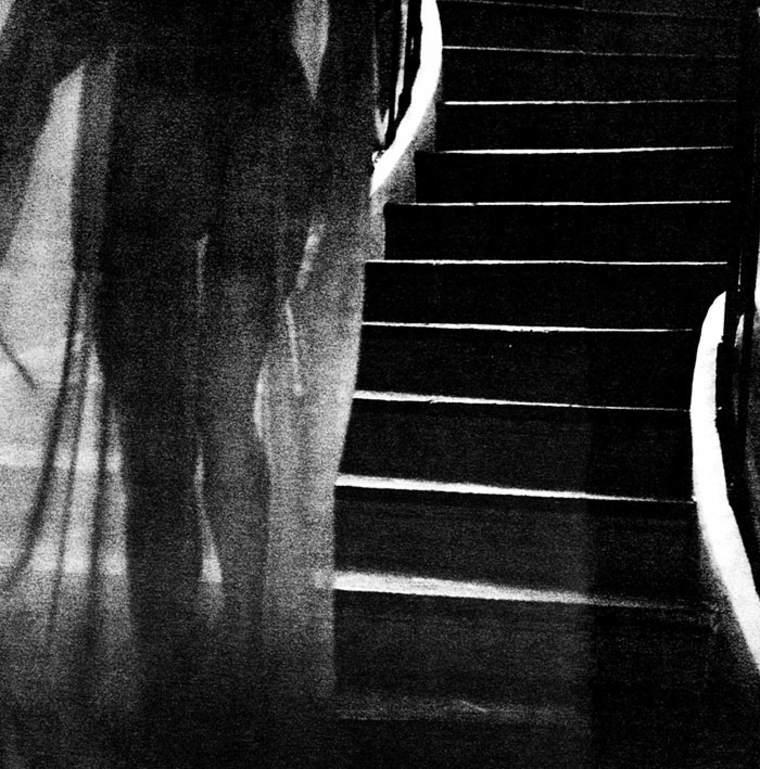 foto artistica angelina jolie escaleras