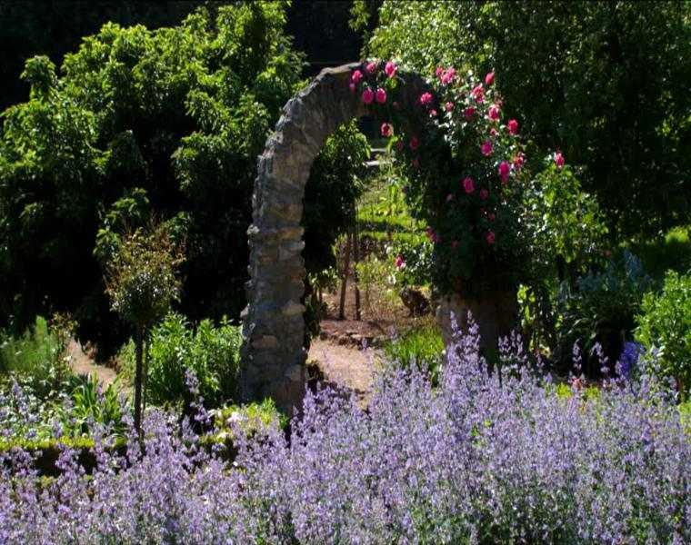 jardin arco piedra flores lavandulas