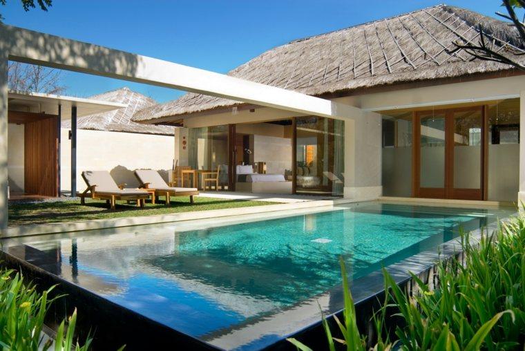 jardin diseno moderno cesped piscina tumbonas ideas