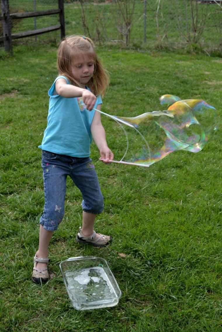 juegos para ninos al aire libre hacer borbujas agua jabon ideas
