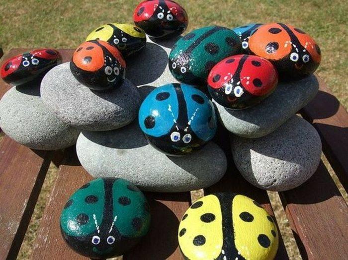 manualidades para niños mariquitas rocas madera