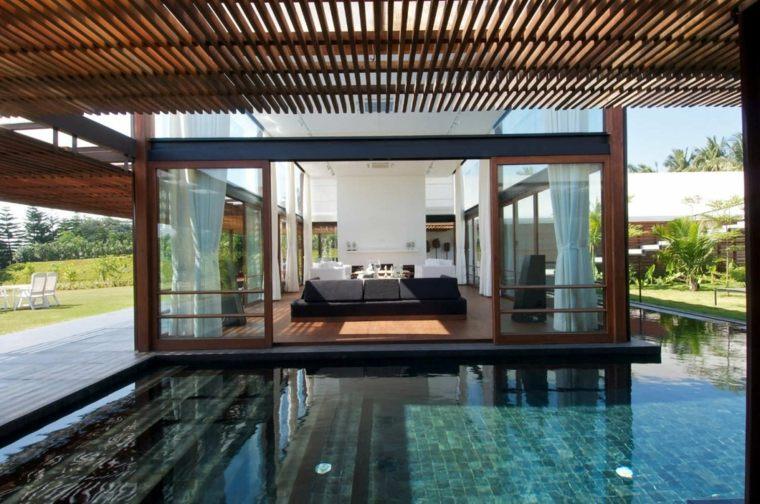 original piscina semi cubierta pérgola