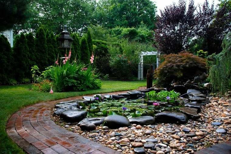 piedras decorativas estanque nenúfares