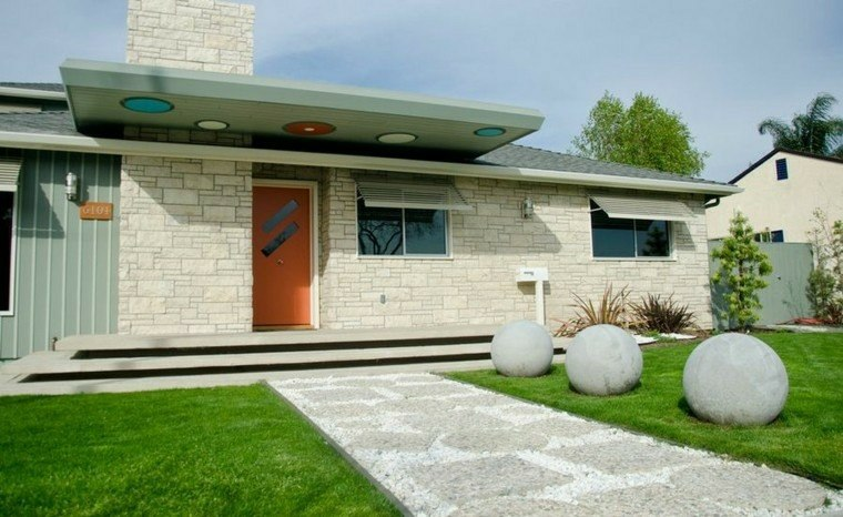senderos camino disenos jardin entrada casa bolas decorativas ideas