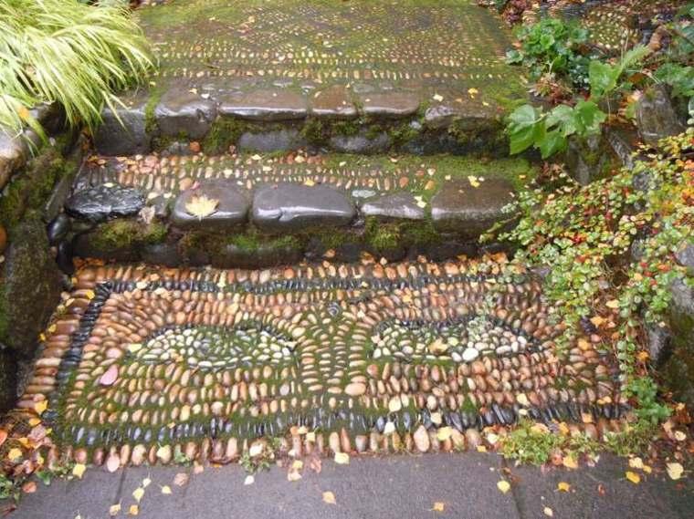 suelo jardín muchas piedras