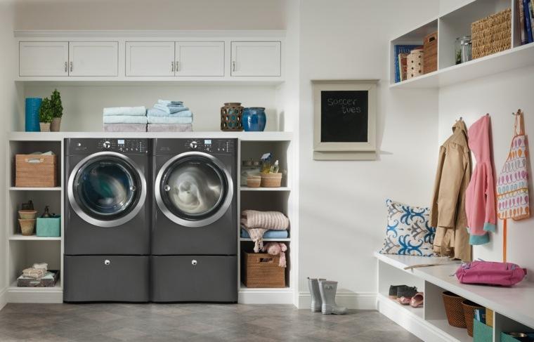 cuarto de lavadoras con muebles empotrados