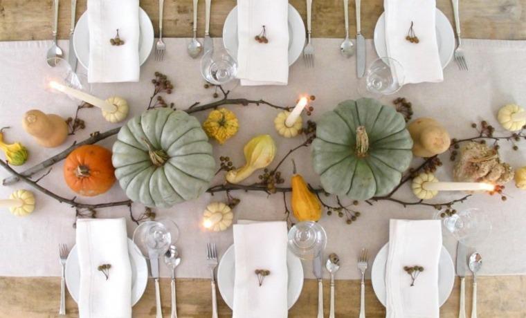 adultos mesa decorada calabazas verdes