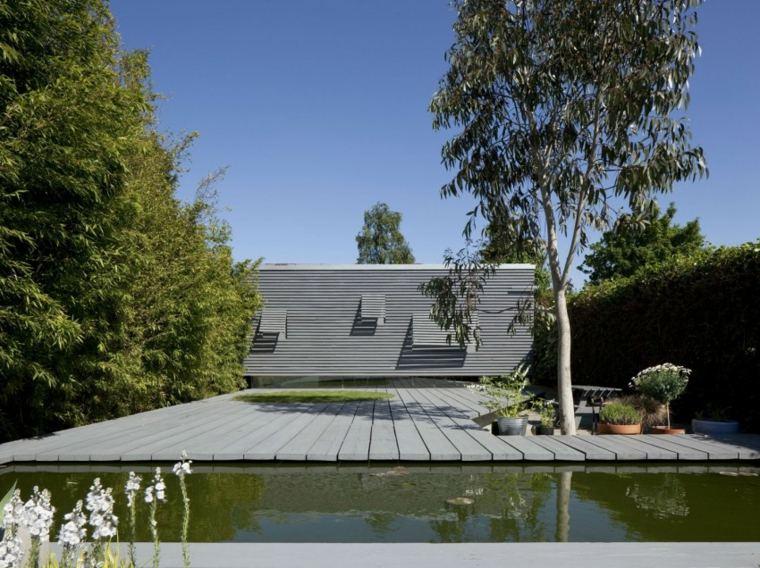 casa urbana jardin pequeno suelo madera estanque ideas