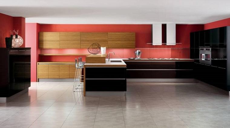 cocina amplia paredes rojas gabinetes madera ideas