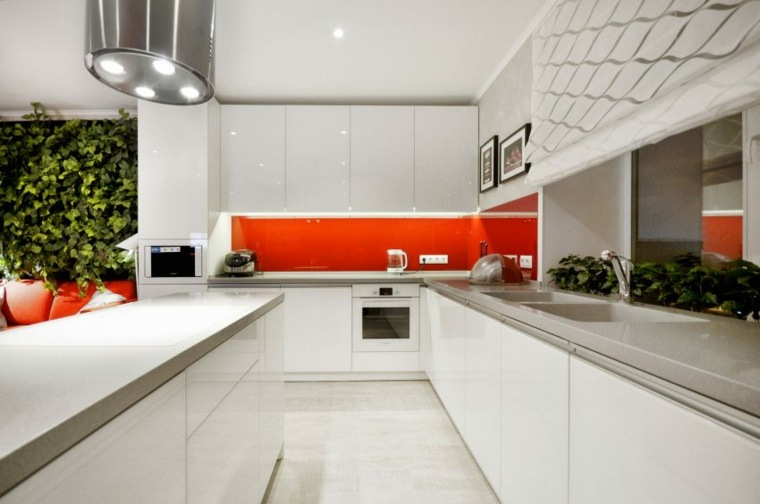cocina blanca salpicadero color rojo