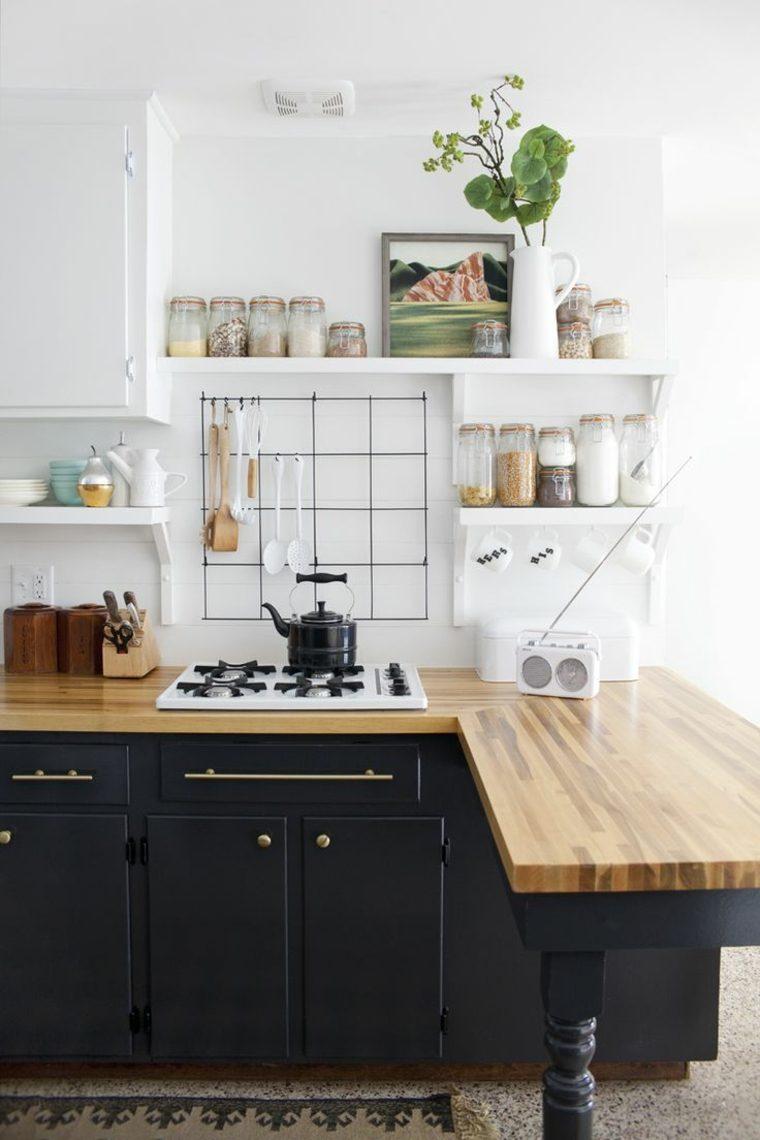 Fotos de cocinas con gabinetes negros y detalles en madera -