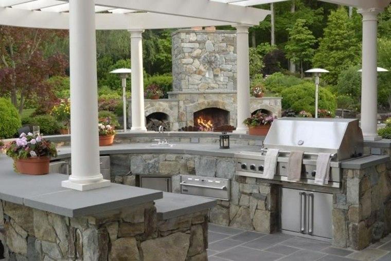 cocina exterior piedra columnas blancas