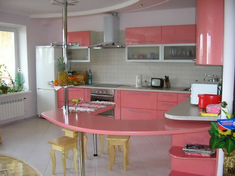 cocinas con barra color rosa