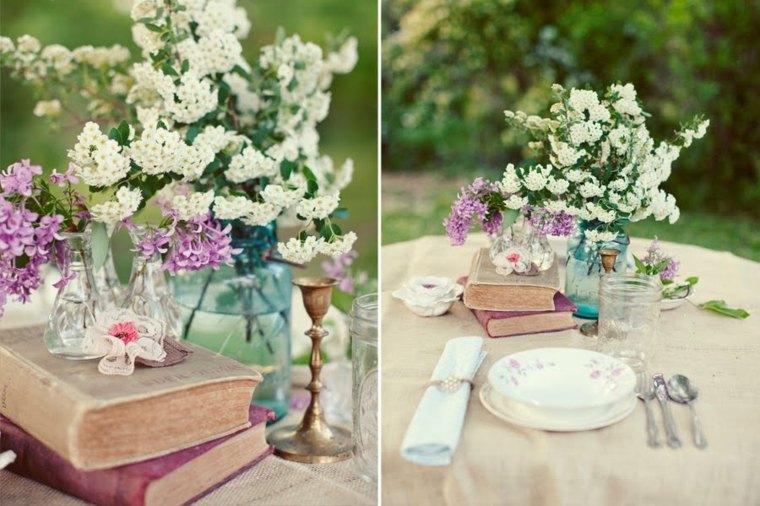 cubiertos en la mesa libros