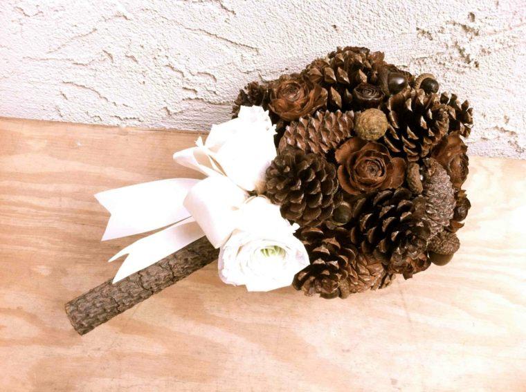 decoración con piñas ramo