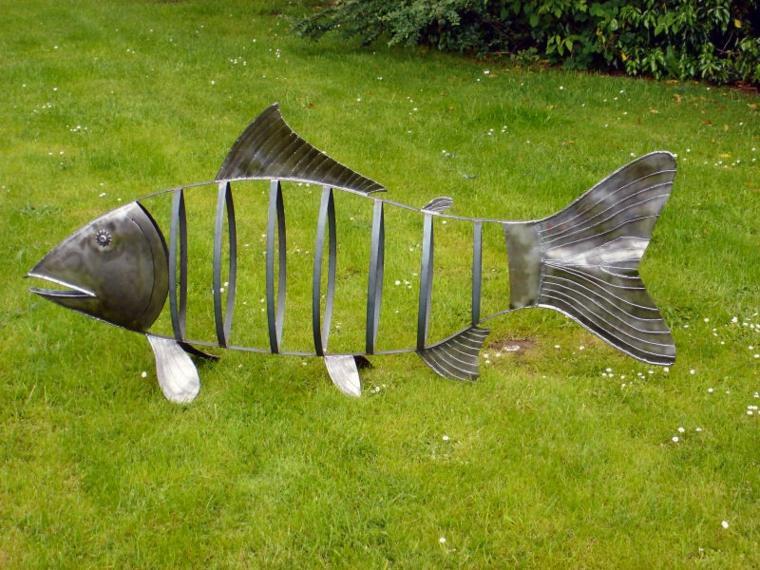 decoración de jardín pez metal