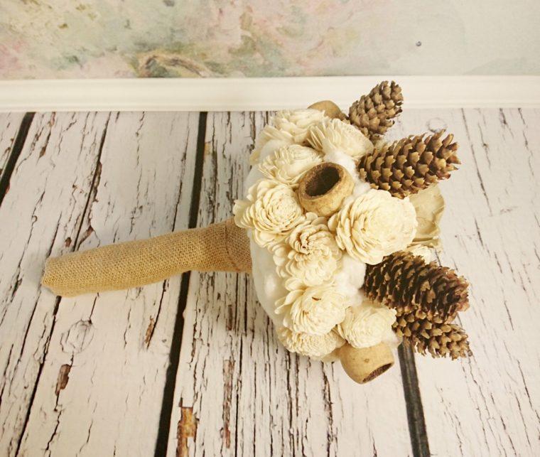 decoración piñas ramo flores