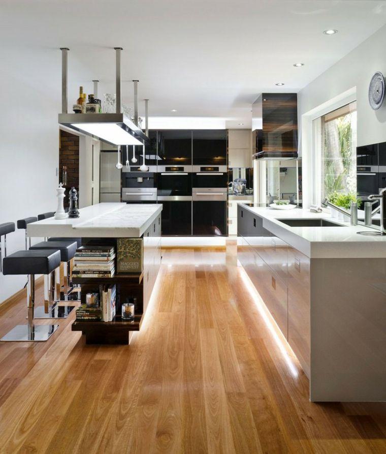 Fotos de cocinas con gabinetes negros y detalles en madera for Gabinetes de cocina modernos 2016