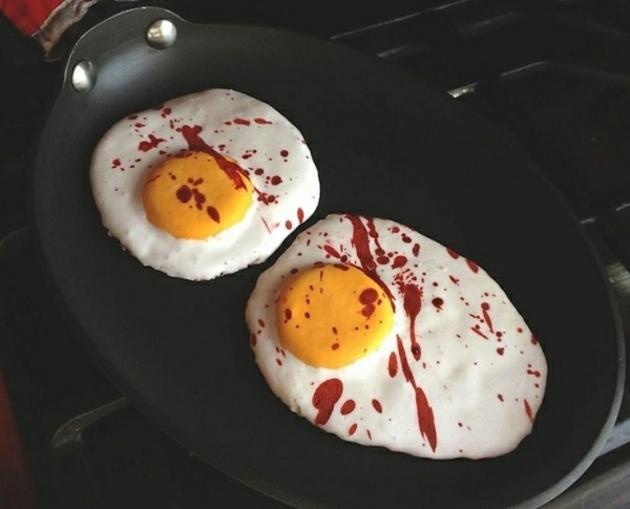 huevos fritos sangre roja invitados