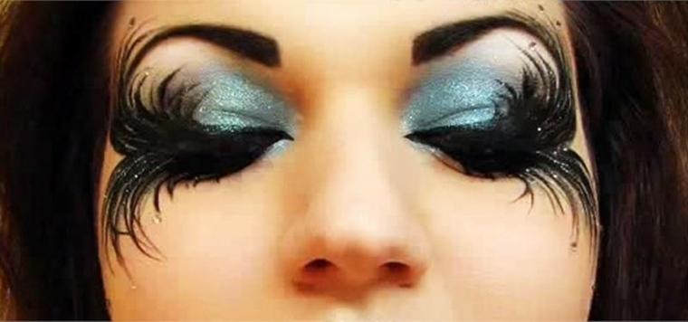 maquillaje en negro azul
