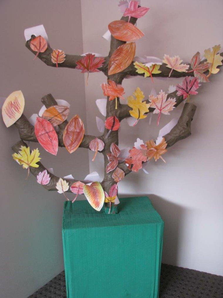 ninos arbol adornado hojas