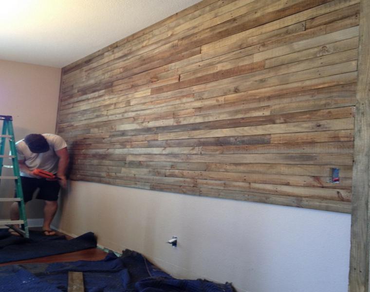 Revestimiento paredes con palets un proyecto que te - Forrar pared de madera ...