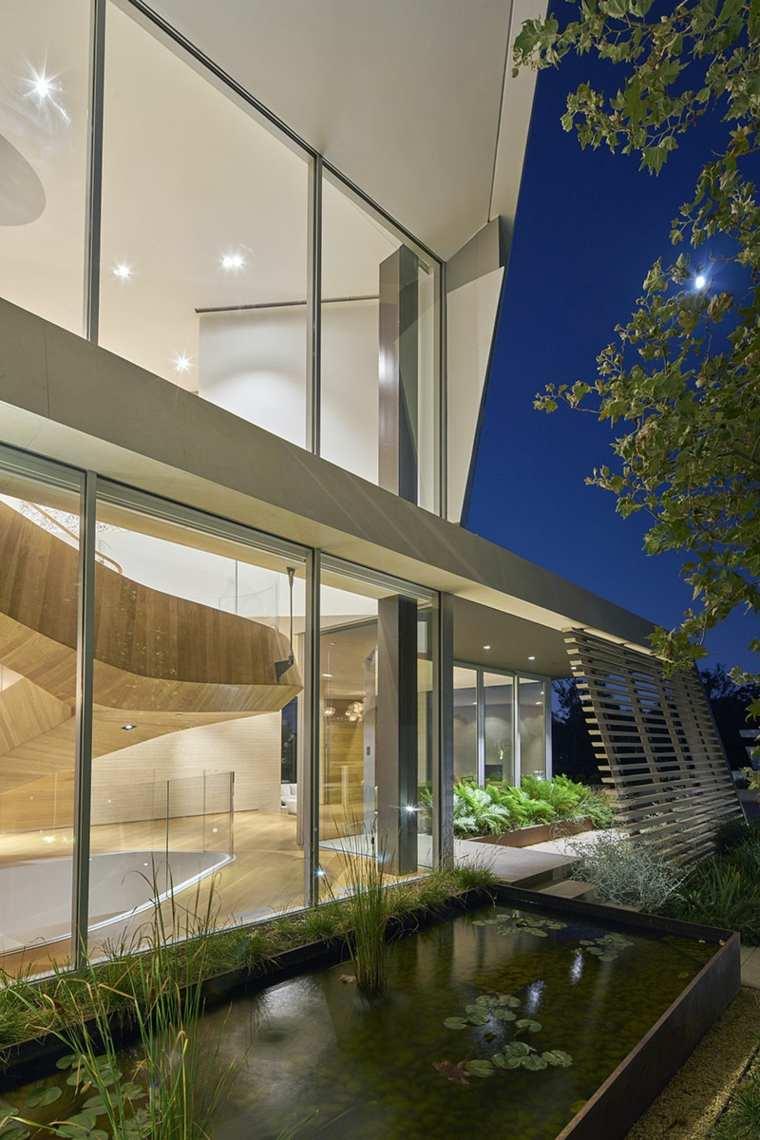 Casa moderna en los ngeles con majestuosa escalera de for Estanque natural