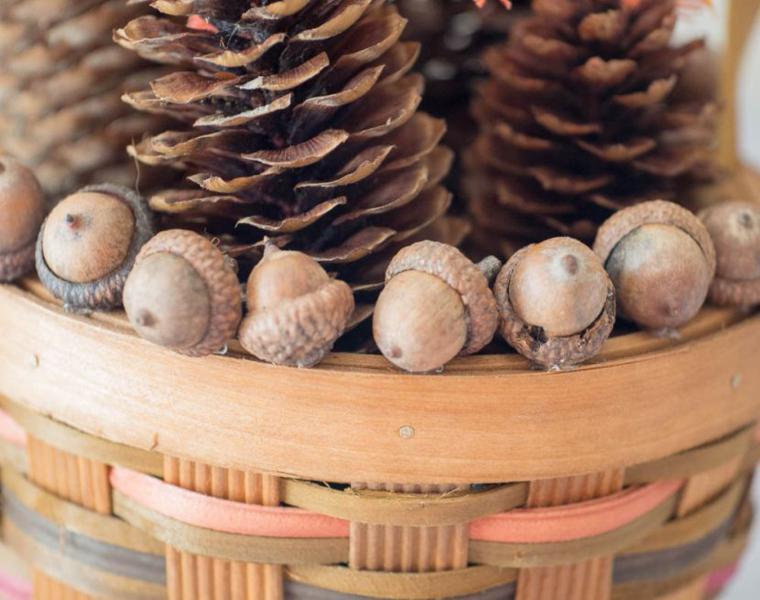 decoración mesa cesto pinas