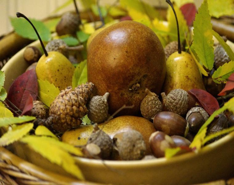 decoración mesa cesta piñas