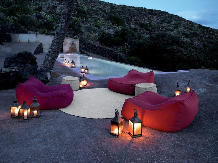 elegante clasico cerca piscina sillas