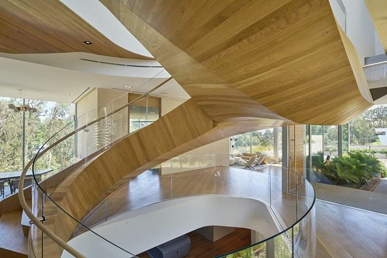 estupenda escalera caracol de madera