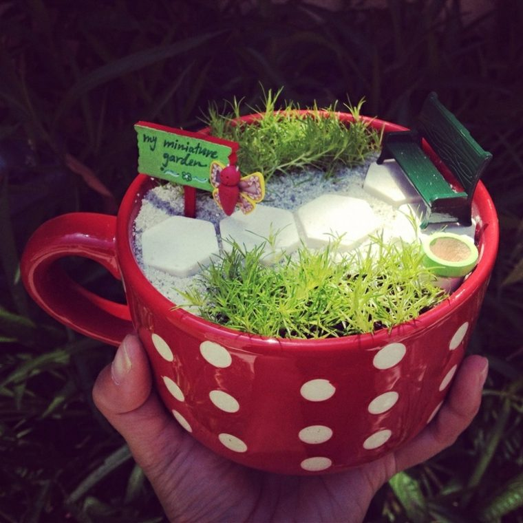 miniaturas jardin miniatura taza roja ideas